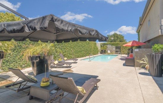 Welcome To The Greens Hotel - Pool Area